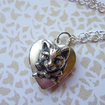 MOTHERS DAY SALE Adorable Tiny Silver Kitty Cat Heart Locket Necklace, Silver Plated Vintage Locket, Silver Plated Chain // Kitsch Cute Darl