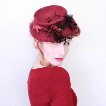 1940s Hat / VINTAGE / 40s Hat / Tilt / Wine / Feathers / Felted Wool / Bows