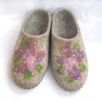 Wool slippers for women. Felt slippers. Felted wool house shoes. Grey with flowers.