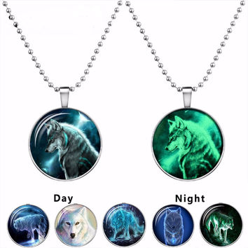 2016 Wolf Cabochon Glass Glowing Pendant Necklaces Fashion Jewelry Silver Plated Chain Glow In The Dark Necklaces Collares