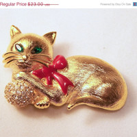 Vintage Napier Rhinestone Cat Pin Red Enamel Bow Brooch Green Eyes Gold Tone 415dg