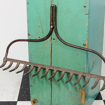 Vintage Bowhead Garden Rake Head . Rustic Wine Glass Holder . Kitchen Utensil or Gardening Tool Hooks . 14 Tines . Bow Head