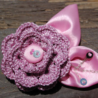 Crochet little rose brooch with embroidered leaves in pink color