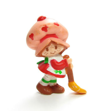 Strawberry Shortcake With Her Broom Vintage PVC Mini Figure Strawberryland Miniatures Figurine