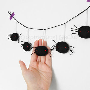 Halloween spiders bunting, Halloween party garland, felt black spiders, creepy Halloween banner, home decor, hanging spiders ornament