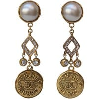 Chanel lovely pair of drop clip on earrings, 1980s