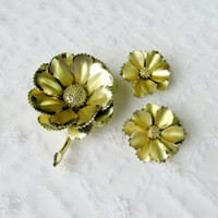 Daisy Flower Jewelry Set Brooch & Earrings Gold Tone Metal Collectible Gift Item 1177