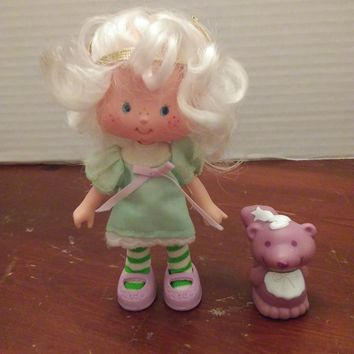 vintage 1980's strawberry shortcake angel cake doll with souffle skunk pet
