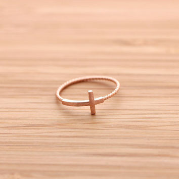 SIDEWAYS CROSS ring with twisted band, in pinkgold | girlsluv.it