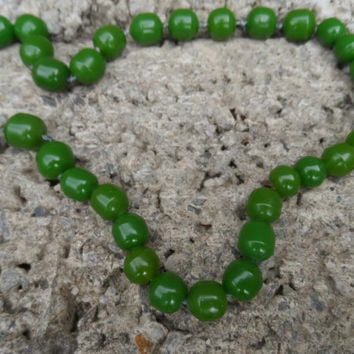 Vintage green beaded necklace - ladies Bakelite costume jewellery necklace - green early plastic Bakelite beads - Ladies vintage jewellery