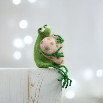 Needle Felt Frog - A Little Felt Green Frog With A Pink Heart - Needle Felt Art Doll - Frog Miniature - Home Decoration